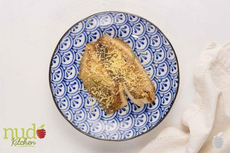 Pescado blanco a la parmesana. Filete de tilapia fresca, con cubierta de queso parmesano al horno.