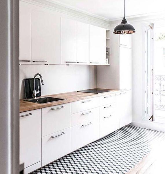 Cocina con muebles blancos y suelo con mosaico hidráulico