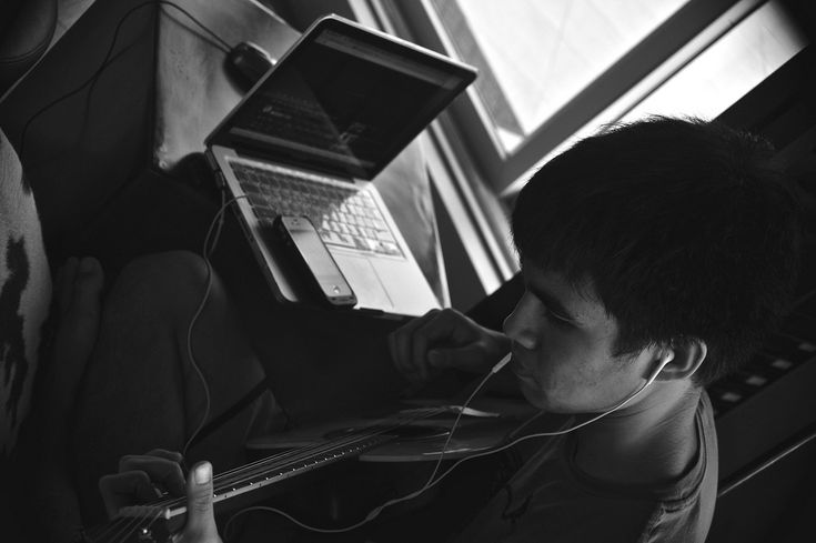 Além de conteúdo teórico, cursos online e vídeos têm aulas de canto, piano e violão.