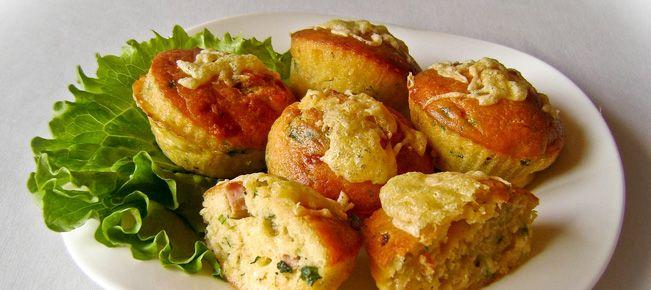 Кексы закусочные ==================== Оригинальный формат аппетитной закуски - кексы и кексики с колбасой, ветчиной, сыром и зеленью. Актуально для фуршета, вечеринки, корпоратива :-)