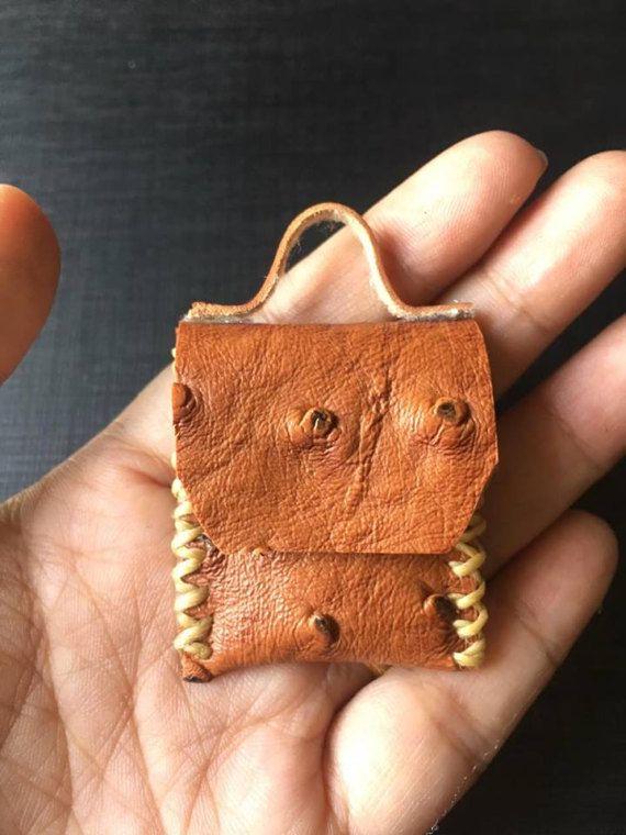 Handgemachte PU Leder Strauß Haut braun Leder Tasche Puppenhaus Miniatur Scale1:12 Größe: 1,5 x1.5 Material: PU-Leder Maßstab: 01:12 ZAHLUNGSVERFAHREN Wir akzeptieren PayPal-Zahlungen. Versand weltweit behandeln. Das Paket wird direkt aus Thailand über versendet Kleinen Standardpaket