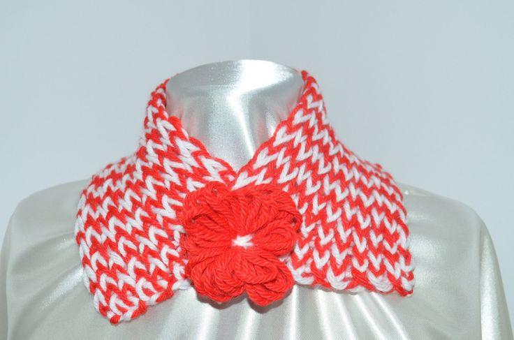 Sciarpa scalda collo per bambina, realizzata in lana, rosso e bianco, con spilla…