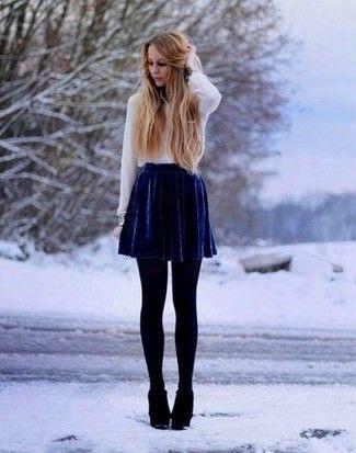 weiße Bluse mit Knöpfen, dunkelblauer Skaterrock aus Samt, schwarze Keilstiefeletten aus Wildleder, schwarze Wollstrumpfhose für Damen