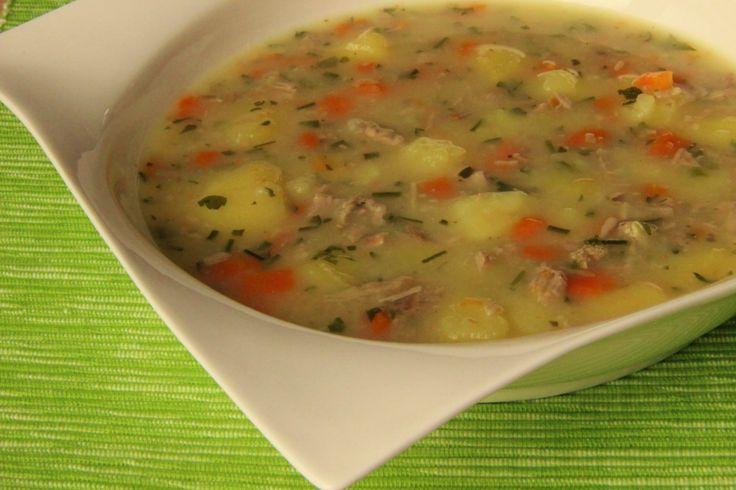 Maso, celou očištěnou mrkev a oloupané brambory vcelku vložíme do hrnce, osolíme a pozvolna vaříme do změknutí masa. Maso i zeleninu vyjmeme,...