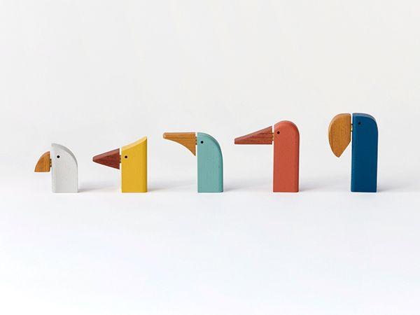 """BIRD CALL NEWSED UPCYCLE DESIGN AWARD 2014 """"Ces oiseaux sont fabriqués à partir de chutes de bois d'un atelier d'instruments de musique et plus particulièrement la construction de  xylophones. Ils produisent des sons magnifiques, et présentent la même taille et la même texture que les touches de bois de l'instrument d'origine.""""(http://miluccia.net/bird-call-par-b6-studio/)"""
