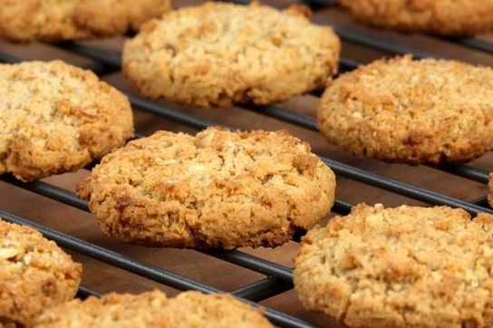 """Овсяное печенье - самая полезная и дешевая сладость. С ней может справится каждый начинающий """"повар"""". Возможно, начать готовить данный десерт вместе с детьми. Они точно оценят такой веселый урок."""