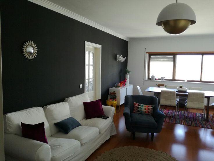 Dark wall. Living and dinning room combo. Erktop sofa.