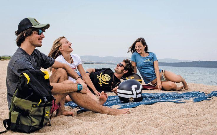 Les campagnes de marketing pour la Scrambler mettent en scène des gens joviaux et heureux. Dans celle-ci, on voit des hommes souriants, des jolies femmes et la mer. Et on imagine le sable chaud et la bière fraîche dans le sac à dos. La belle vie, quoi! - Galerie de photos - Moto Journal