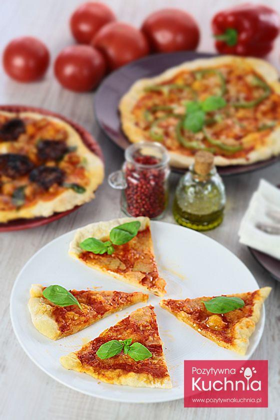 #Pizza Margherita - #przepis na najprostszą i najpopularniejszą pizzę włoską z sosem pomidorowym, cebulą, mozzarellą i bazylią  http://pozytywnakuchnia.pl/pizza-margherita/  #obiad #kuchnia