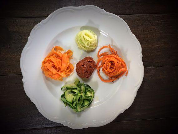 Zucchini und Möhren Nudeln mit Pesto