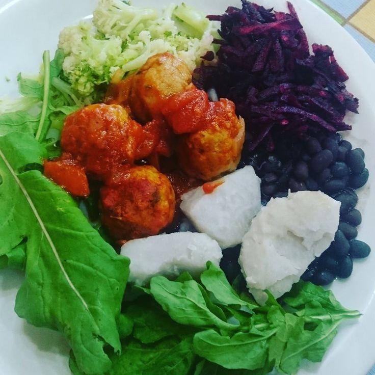 Ontem escolhi feijão preto, rúcula, inhame, beterraba, couve-flor, brocolis e almôndegas caseiras de soja com molho de tomate #Nutriness