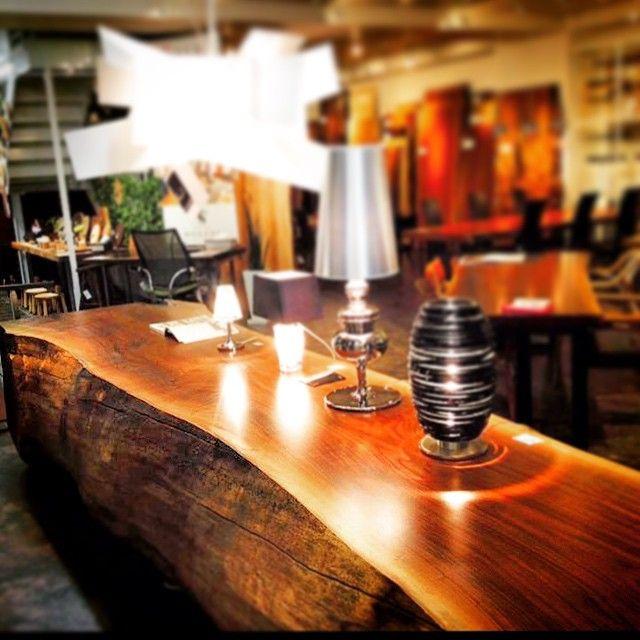 ウォールナットの丸太をそのままテーブルに…in博多ギャラリー  I have to accept table walnut logs. Here Hakata gallery  #ateliermokuba#一枚板#ウォールナット#福岡#天神#博多#キャナルシティー#家具#インテリア#woodslab#wood#liveedge#woodworking#woodfurniture#furniture#log#walnut#テーブル#ギャラリー#gallery#丸太#樹#木#木材#solid#table#関家具#新築#イノベーション#アトリエ木馬
