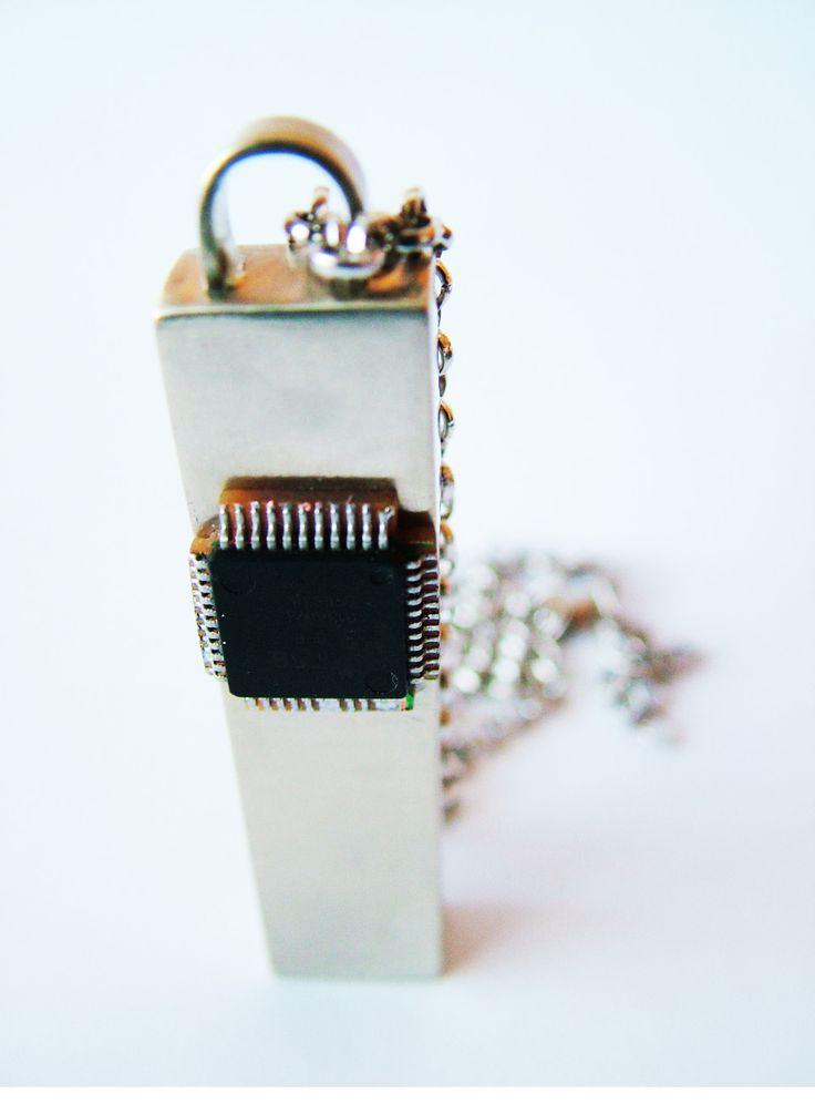 Mr. Robot addic7ed |Colgante alpaca y chip reciclado | Alejandra Tapia  Patagonia · Chile.
