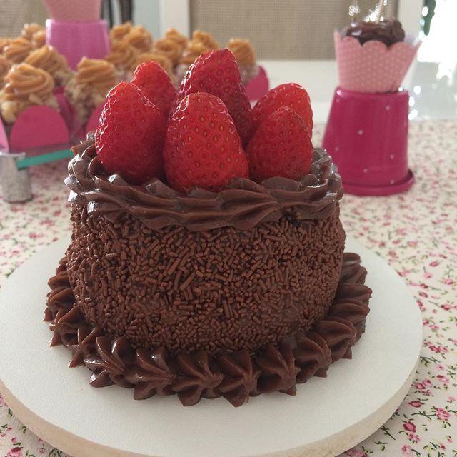 Combinação mais que perfeita! Morango com chocolate ➡️mini bolo de chocolate c/ morango coberto e recheado de brigadeiro e morangos #minibolo #bolodechocolate #vanessisses #doces #brigadeiro