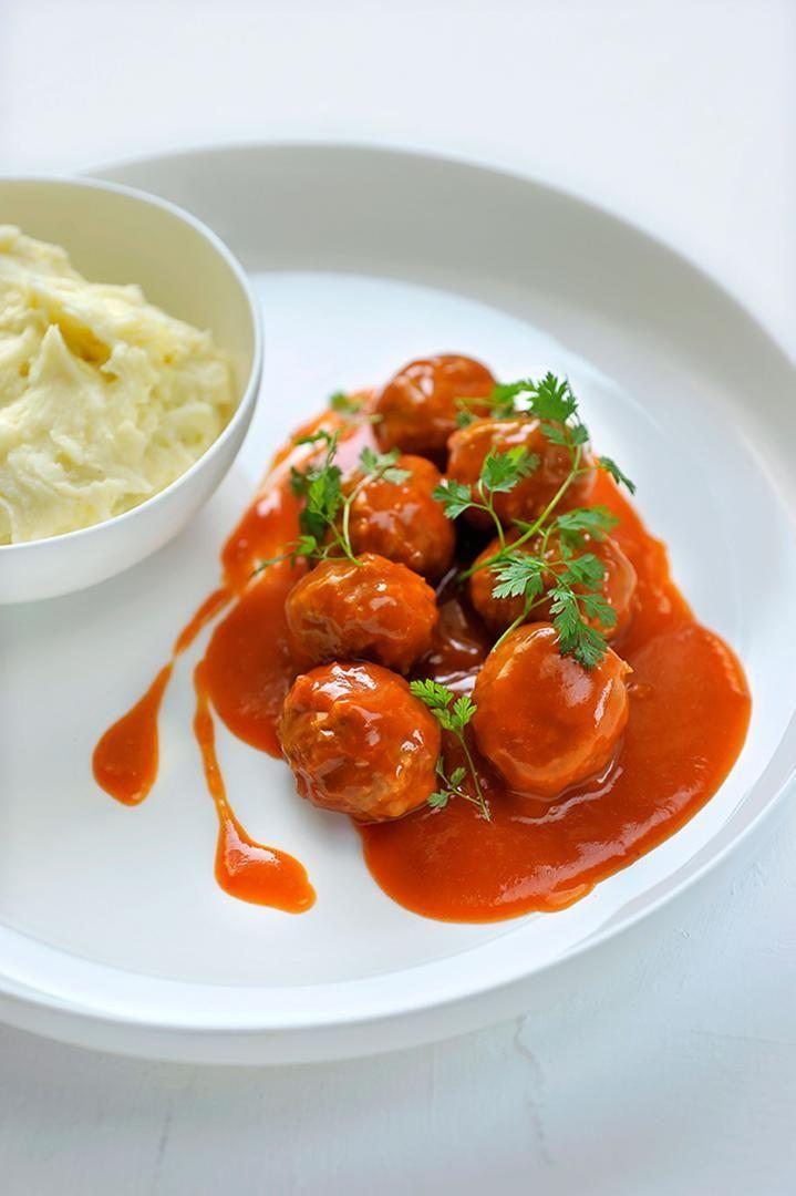 Bereiden: Breng het gehakt op smaak met versgemalen zwarte peper, zout en Ducros kruidenmengeling. Meng met de sjalotten, broodkruim, mosterd en het ei. Draai balletjes van het gehakt en bak goudbruin in een klontje boter. Fruit de ajuin glazig in een beetje olijfolie. Doe er de tomaten, tomatenpuree en gedroogde kruiden bij en breng verder op smaak met versgemalen zwarte peper. Blus af met een scheutje rode wijn en laat 20 minuten zachtjes pruttelen.