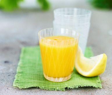 Mango, citron och is. Klart! En fräsch men söt juice på nolltid!