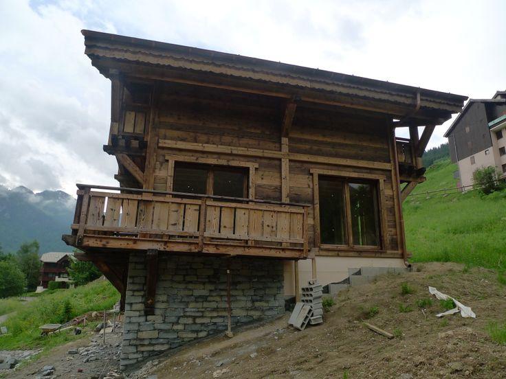 On s'attaque aux façades. Le bois & les pierres. Une alliance dans le plus pur esprit savoyard. L'extérieur de la maison est vraiment soignée et agréable pour les yeux!