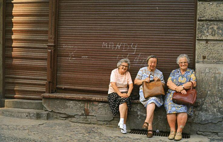 Ost-BERLIN-Mitte 1986, 'Mandy ist doof' und 3 Frauen am Rosenthaler Platz vor einem aufgegebenen Geschäft. Foto Harald Hauswald