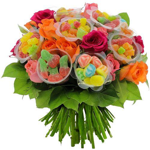 BOUQUET BONBONS XL LE GOÛT DES FLEURS Explosion de saveurs. Prenez 20 fraîches roses multicolores et odorantes, ajoutez feuillage eucalyptus et sallal et incorporez 10 capsules en forme de fleur remplies de 50gr de gourmandises gélifiées*. Vous obtenez un bouquet plaisir des sens original et pétillant. Composition joie de vivre à offrir sans modération ! *Parfums : Tutti Frutti, Cerises, Meli-Melo Sucré, Tranches d'Agrumes, Petits Oursons.