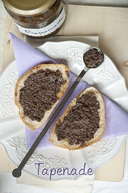 La tapenade è una saporita e profumata salsa di origini provenzali ideale da spalmare su crostini di pane o per accompagnare verdure e pesce