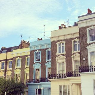 I think this looks like a lovely place to spend the day!  Primrose Hill is one of London's prettiest neighborhoods. Full of colorful houses and independent shops and restaurants, it's a great place to spend a day exploring!