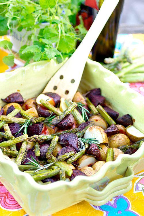 Hebe Frukt & Grönt | Ungsbakad färskpotatis med sparris och rödbetor