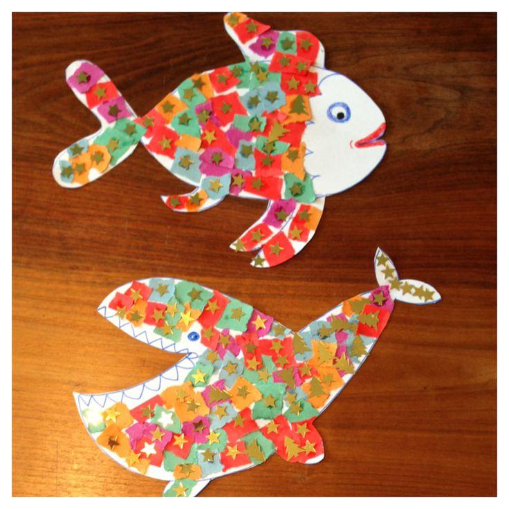 Leuke mobiel van vissen gemaakt. Je hebt nodig gekleurd papier, glitters en de stok zoek je gewoon in het bos.