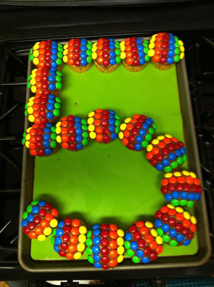 Spaß und kreative Geburtstagstorte für Kinder jeden Alters! Verwenden Sie Cupcakes, um die …   – 5. Geburtstag Motto Ideen