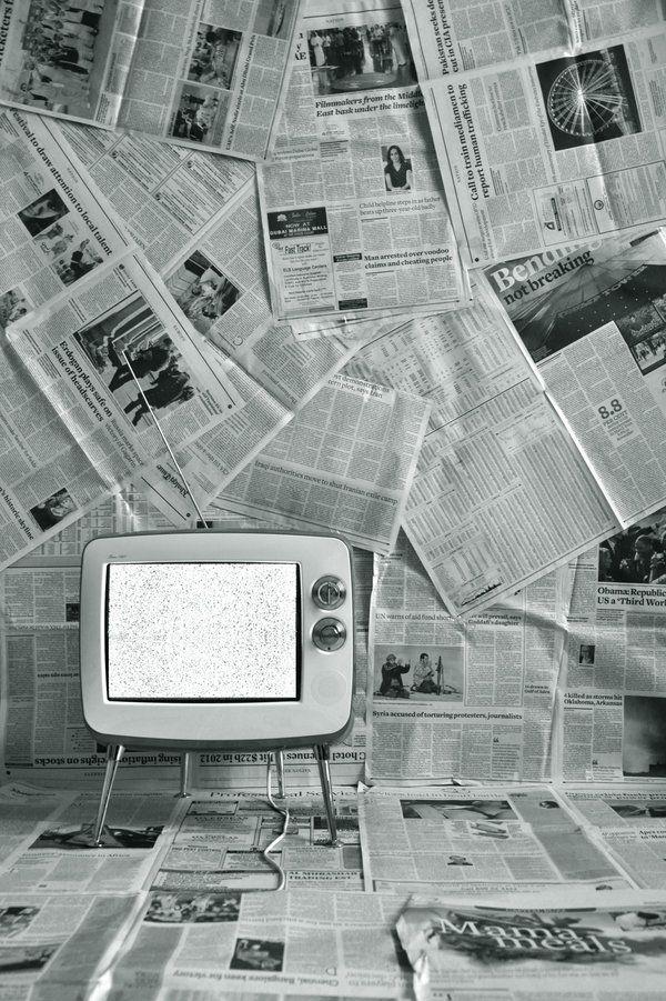 25 best newspaper wallpaper ideas on pinterest newspaper wall pub ideas and black toilet paper - Toilet ontwerp deco ...