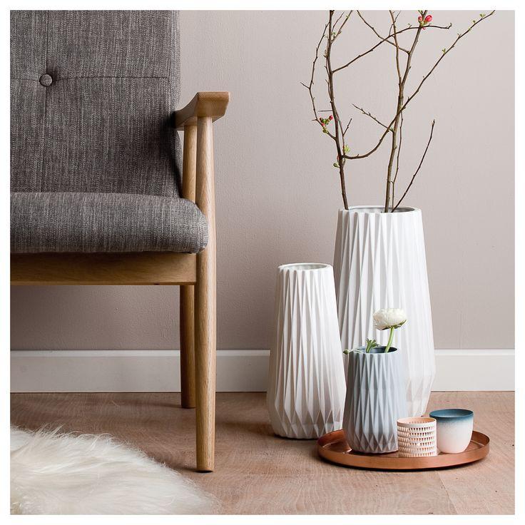 Leona serien fra Créton Maison består af en fydfadsstage og tre vaser i forskellige størrelser. De er alle i hvid porcelæn. Alle tre produkter kan stå som en samlet serie, eller hver for sig. Farve: Fås i enten hvid, sort eller blågrå Materiale: porcelæn