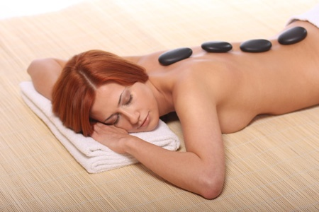 Masaż Kamieniami Wacapou to bardzo intensywny program wspomagający odchudzanie. Na masaż składa się kilka technik, które mają na celu pobudzić układ limfatyczny i pokarmowy
