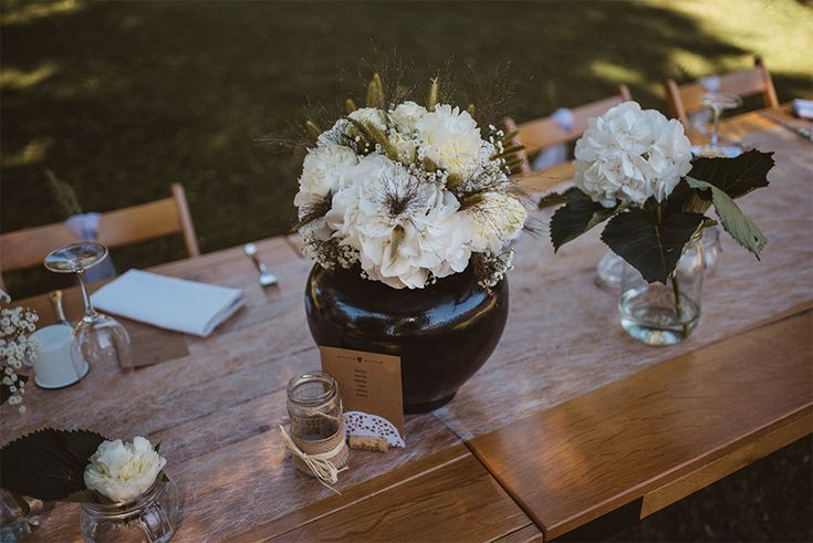 Simple and elegant wedding bouquet with some black details. I Love how black color is incorporated with the details.