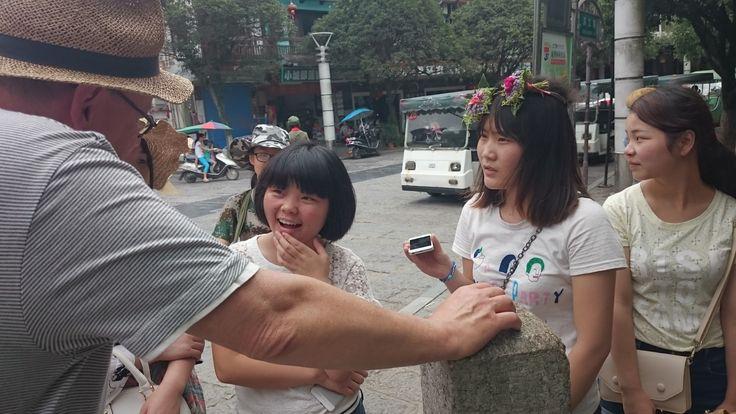 """070715 Yangchuo Guilin opiskelijatytöt halusivat harjoitella englanninkieltä. Kysyimme mihin he haluaisivat itse matkustaa: """"To Hong kong!"""""""