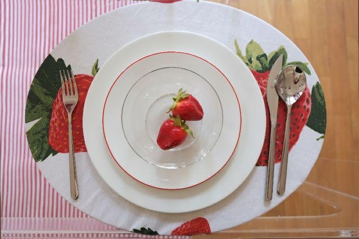 Anguria, menta e gelsomino: pre-collezione estiva 2014 #Centrotavola #Milano. Tovaglietta all'americana antimacchia con stampa frangola.  Strawberry printed placemat stain resistant.
