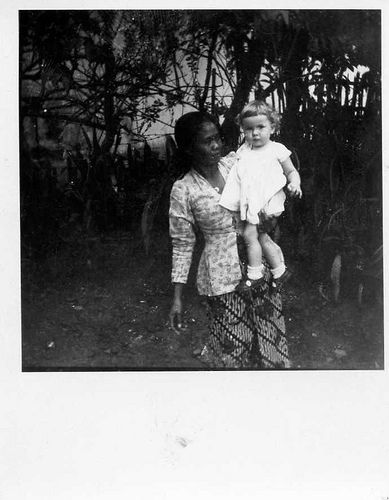 baboe met kind uit Nederlands Indië / Indonesian woman ('baboe') with Dutch child in the former Dutch Indies | by wvandergroef , yeah it's me
