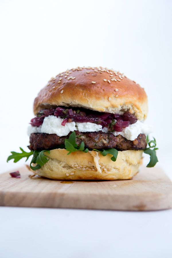 Leckerer Burger mit Crottin de Chèvre (Ziegenkäse), Brioche Burger Buns, Rinder-Patty und einem würzigen Zwiebel-Chutney.