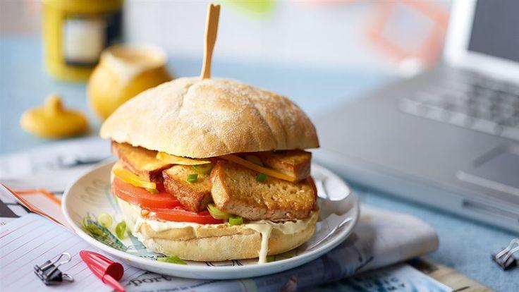 SZYBKI WEGEBURGER    Kuchnia Lidla prezentuje przepisy na dania wegetariańskie. Skorzystaj z pomysłu na wegeburgera z dodatkiem tofu i warzyw.