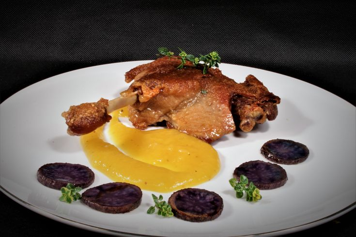 Confit de pato con coulis de mango y patatas violeta
