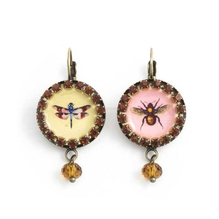 Ontzettend leuke oorbellen met afbeeldingen van een mot en een libelle op een roze en gele achtergrond afgezet met kristal.
