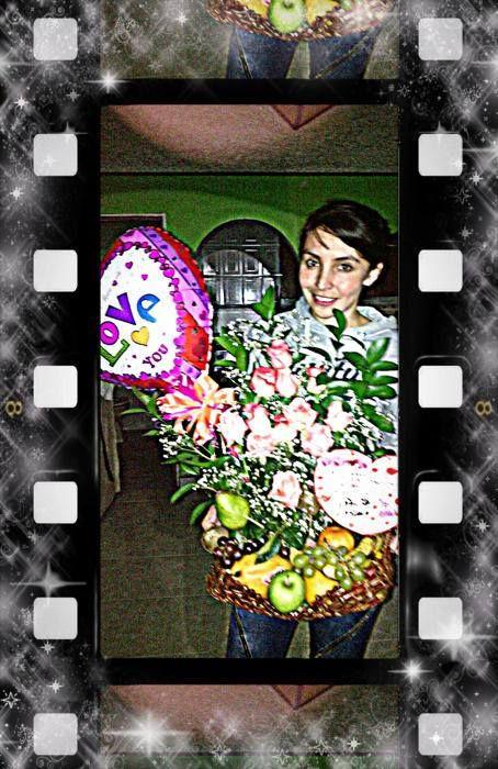 Clientes felices:Arreglo de flores y frutas, globo metaizado. #CanastoEcoLOLO #LOLODetallesConAmor