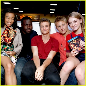 From left to right, Amandla Stenberg, Dayo Okeniyi, Jack Quaid, Alexander Ludwig, Willow Shields. :3