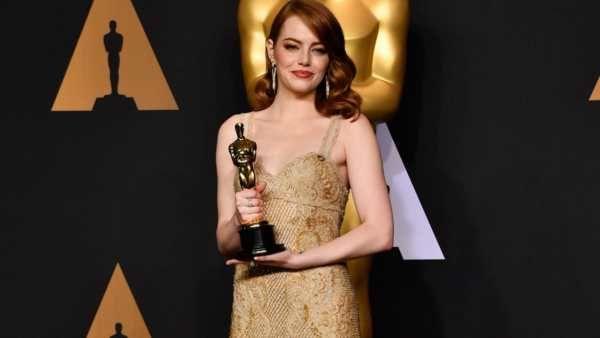 Emma Stone ha vinto il premio Oscar come migliore attrice in un ruolo principale per la sua interpretazione in La La Land. E' stato il suo primo Oscar. La 28 ennestella ha ringraziato i suoi genitori ed il fratello Spencer, così come i suoi amici, il co-protagonista Ryan Gosling, il direttore Damien Chazelle e tutto ...