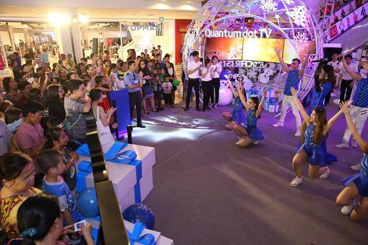 Không khí trở nên náo nhiệt hơn bao giờ hết vào ngày cuối năm tại gian trải nghiệm Samsung ở Vivo City (TP. HCM) - với các màn biểu diễn sôi động, cùng lễ bốc thăm may mắn trúng 1 tivi và 1 tủ lạnh Samsung.