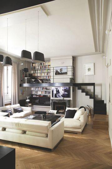 Un salon contemporain avec mezzanine - Refaire le salon : 10 ambiances inspirantes - CôtéMaison.fr