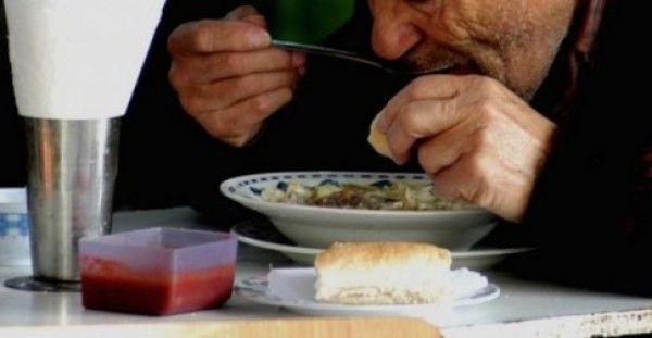 Κορόιδευαν ένα ηλικιωμένο για τον τρόπο που έτρωγε. Λίγα λεπτά αργότερα όμως έγινε το απίστευτο!