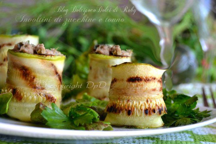 Involtini di Zucchine grigliate farciti con Mousse di Tonno....tutto in 20 minuti!!!! Buonissimi sia per una cena leggera e sfiziosa che per un Secondo Piatto!!! 1 involtino solo 25 calorie Super light !!!!!!! ma soprattutto buonissimooo !!! Andate a leggere la ricetta ricchissima di immagini   QUI la Ricetta: http://blog.giallozafferano.it/dolcipocodolci/involtini-di-zucchine-e-tonno/