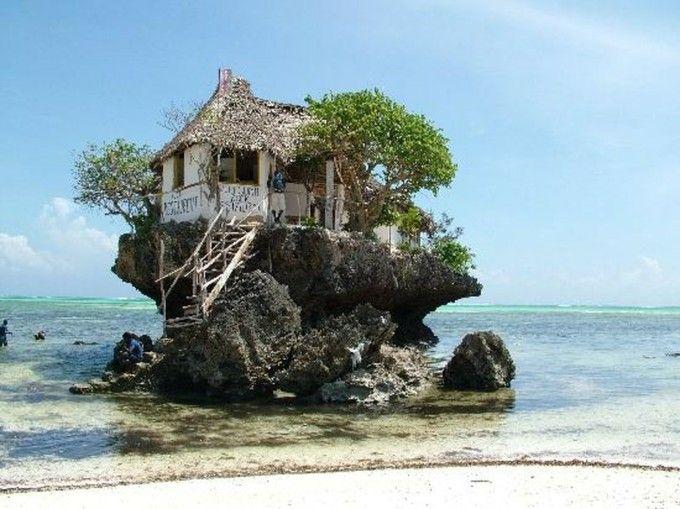 珊瑚礁の海に浮かぶ隠れ家!ザンジバルにある水上レストランが今話題に!