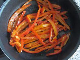 La recette des pommes de terre et des poivrons cuits à la poêle et légèrement épicés connait de très nombreuses variantes, évidemment. Cell...