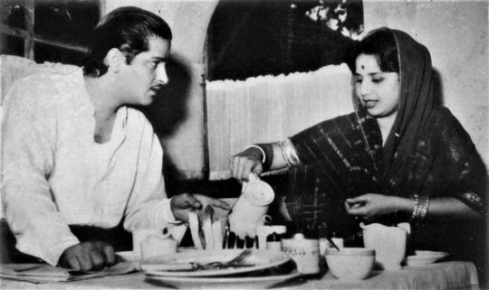 A rare photo of Shammi Kapoor and Geeta Bali as a married couple serving tea at their home.