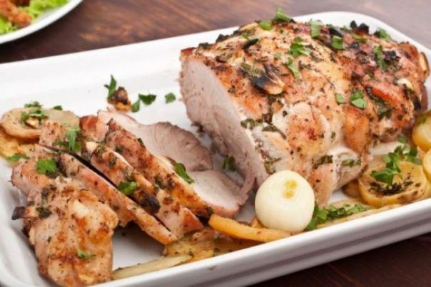 Cu o aroma puternica, friptura de porc este perfecta pentru mesele festive.       Ingrediente:     800 g pulpa de porc, feliata subtire (6 bucati)   55 g unt   60 ml sos de soia   7-8 fire de ceapa verde    2 catei de...